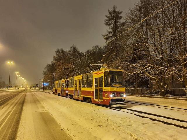 Do strącania oszronienia z sieci trakcyjnej używany jest tramwaj 805N. Radzi sobie z tym znacznie lepiej niż nowoczesne pesy.