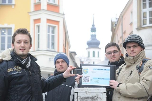 - Chcielibyśmy, aby QR-kody pojawiły się na wszystkich zabytkach w Opolu - mówią: Adrian Szlagor (pierwszy z lewej), Karol Tołwiński, Tomasz Kuśka i Bartek Łukasik.