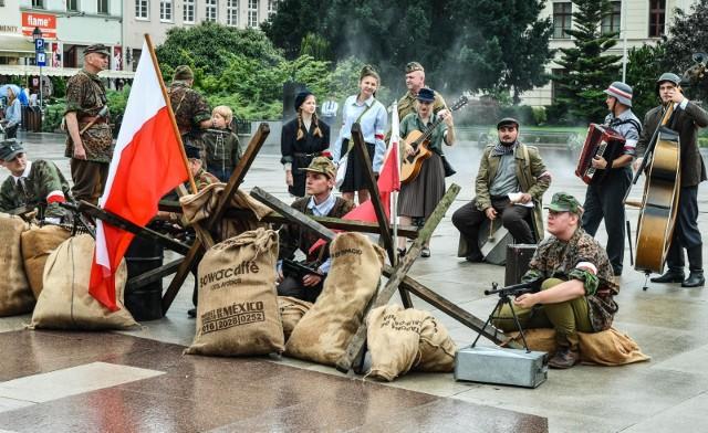 Kapela wraz z zaprzyjaźnionymi rekonstruktorami przygotowała inscenizację z okazji 77. rocznicy wybuchu Powstania Warszawskiego.