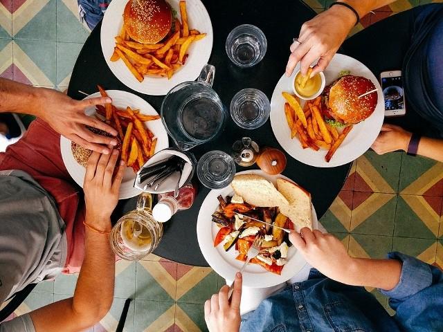 Restaurant Week 2018 w Katowicach. W akcji bierze udział 12 lokali. Trzydaniowy posiłek: przystawka, danie główne, deser (w dwóch wariantach w każdym lokalu) zawsze kosztuje 49 zł. Na kolejnych slajdach: wszystkie restauracje z Katowic i ich menu