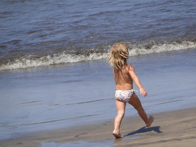 Wakacje, lato, słoneczne dni. Tłumy ludzi wypoczywa na plażach nad morzem czy jeziorem. Wśród nich biegają  i kąpią się dzieci z gołymi pupami. Co myślą o tym plażowicze?