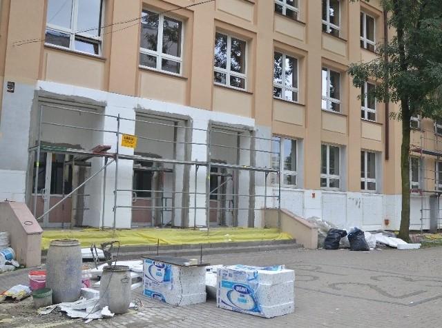 Termomodernizacja SP 23 przy ul. Gdańskiej ma się zakończyć w październiku.