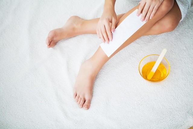 Depilacja woskiem umożliwia szybko i dość skutecznie pozbyć się zbędnego owłosienia z nóg, pach i okolic bikini.