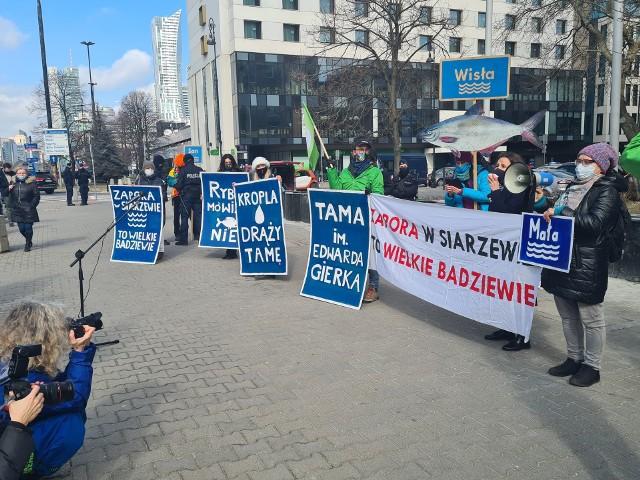 Ekolodzy nie chcą budowy stopnia wodnego na Wiśle w Siarzewie. Demonstrują na ulicach i przedstawiają argumenty przeciwko tej inwestycji.