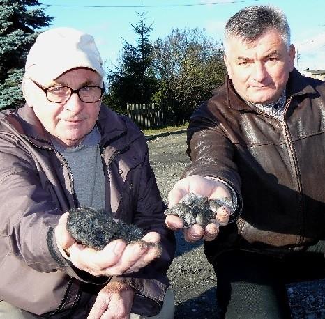 - Ostatnio nawieźli tutaj kamieni, które teraz tylko niszczą nasze samochody - skarżą się Józef Jadwiżak i Stanisław Bobrowski.