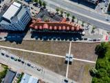 Białystok. Prace przy pomniku na Rynku Siennym upamiętniającym cmentarz ewangelicki zakończone. Rok po odsłonięciu