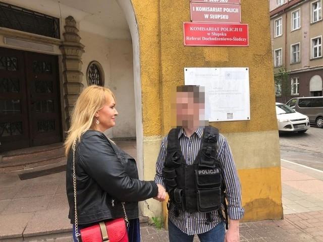 Aleksandra Taraśkiewicz, dyrektor Oddziału TEB Edukacja w Słupsku dziękuje policjantowi za sprawne działanie