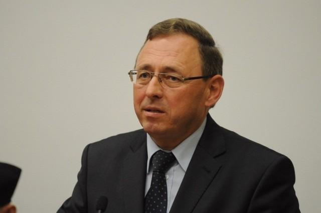 Zdaniem posła Ryszarda Galli przyjęta ścieżka zmian nie jest najlepsza - najpierw powinna nastąpić ewentualna kodyfikacja gwary, a dopiero potem zmiana ustawy. Poseł nie wykluczył poparcia ustawy w przyszłości.