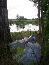 Michałowo/Lesanka: Przyjezdni zaśmiecają piękny staw i załatwiają swoje potrzeby na prywatnych posesjach [ZDJĘCIA]