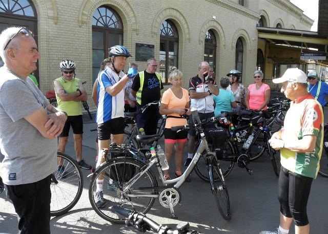 Z inicjatywy kruszwickiej grupy rowerowej prawie 30-osobowa ekipa cyklistów z Kruszwicy, Inowrocławia i Konina wzięła udział w wycieczce do Bydgoszczy. Część trasy, na odcinku Inowrocław - Bydgoszcz, pokonano pociągiem, a resztę na jednośladach. W Bydgoszczy turyści rowerowi odwiedzili Wyspę Młyńską, znajdująca się tam elektrownię wodną i stojąca naprzeciw niej katedrę. Potem był przejazd szlakiem śluz do Muzeum Wodociągów, a następnie do parku botanicznego w Myślęcinku. Stamtąd grupa ruszyła w drogę powrotną, przez Trzciniec, Brzozę, Nową Wieś Wielką, Złotniki Kujawskie oraz Jaksice i Cieślin do Inowrocławia i dalej do Kruszwicy. Dopisała pogoda, dobre humory. Program rowerowego wypadu został zrealizowany w stu procentach.