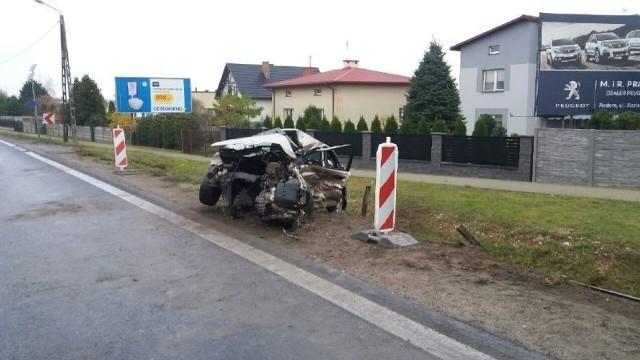 Renault po zderzeniu z ciężarowym manem został doszczętnie zniszczone.