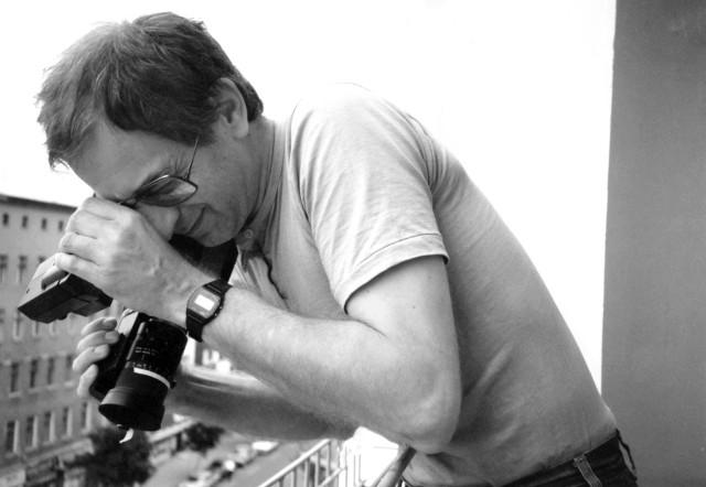 Krzysztof Kieślowski z kamerą.