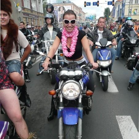 """Anna Popiel. Pracuje w Żarach, w firmie zajmującej się systemami kominowymi. Należy do paczki motocyklowej, którą tworzy ponad 30 osób. Mówi, że jeżdżąc na motorze, bardzo łatwo znaleźć podobnych sobie. Wystarczy zaparkować przy innych, powiedzieć """"cześć"""" i już się """"znacie""""."""