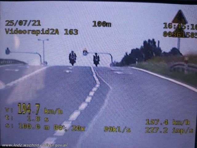 Dwaj piraci drogowi pędzili pod Tuszynem z zawrotną prędkością na motocyklach. Mieli na liczniku aż 194 km na godz., mimo że w tym miejscu mogli jechać z prędkością do 70 km na godz. Interweniowali policjanci.