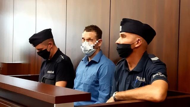 Proces 24-letniego Adriana Cz. toczył się przed Sądem Okręgowym w Opolu. Mężczyzna był doskonale znany policji. Wcześniej odpowiadał za kradzieże z włamaniem i rozboje. Rozboju na nastolatkach dokonał w warunkach recydywy, dlatego nie mógł liczyć na łagodny wyrok.
