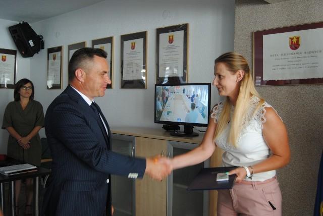 Dorota Hupa-Rutkowska złożyła ślubowanie podczas wtorkowej sesji włoszczowskiej Rady Miejskiej. Nowej radnej pogratulował burmistrz Włoszczowy Grzegorz Dziubek.
