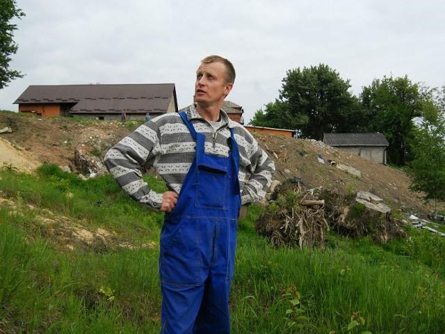 - Jednej nocy skarpa spłynęła w dół i nasze zabudowania stanęły nad przepaścią - martwi się Ryszard Drozd.