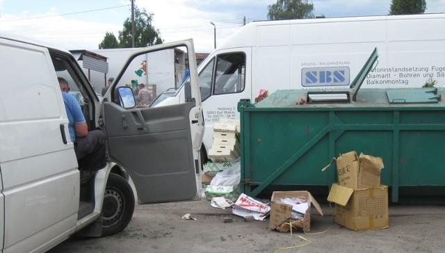 - Śmieci wywalają wszyscy jak popadnie. Później przyjeżdża tu pan z wózkiem i zbiera co się da, ale czy to jest załatwienie problemu czystości? – pyta pani Danuta sprzedająca na targowisku.