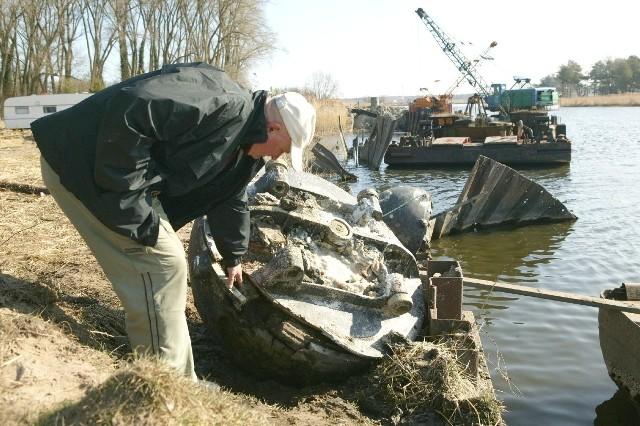 Niewykluczone, że sprawę wywozu min rozstrzygnie dopiero Ministerstwo Obrony. Na zdjęciu: kierownik robót Mineksu Roman Kuchciński z jedną min.