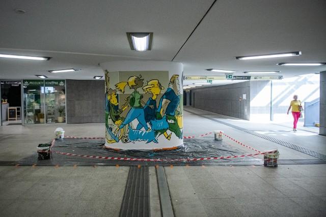 Oryginalne graffiti pod rondem Kaponiera w Poznaniu jest już gotowe. - Ma ożywić przestrzeń i jednocześnie przypomnieć rolkarzom, rowerzystom, deskorolkarzom oraz miłośnikom jazdy na hulajnogach, że przejścia pod Kaponierą są przeznaczone dla ruchu pieszego - informuje ZDM Poznań.Przejdź do kolejnego zdjęcia --->