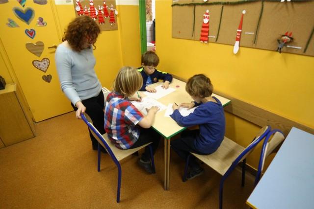 W szkołach dzieci mają zajęcia plastyczne oraz sportowe.