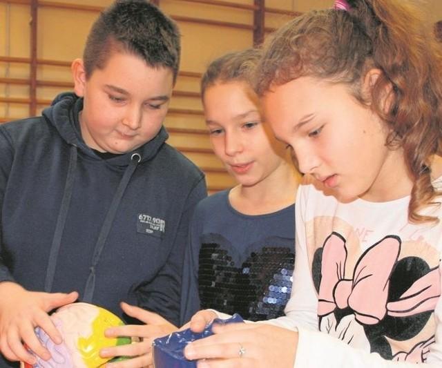 Uczniowie SP nr 4 chętnie odwiedzają wystawę, na której eksponaty można, a nawet trzeba dotknąć i wypróbować