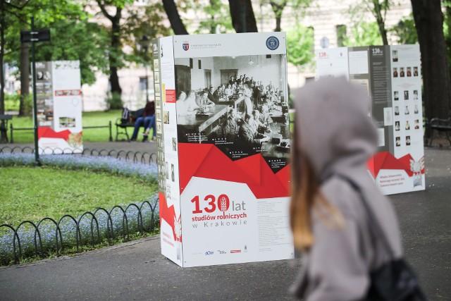 """Wystawę """"130 lat studiów rolniczych w Krakowie"""" na Plantach można oglądać do końca maja."""