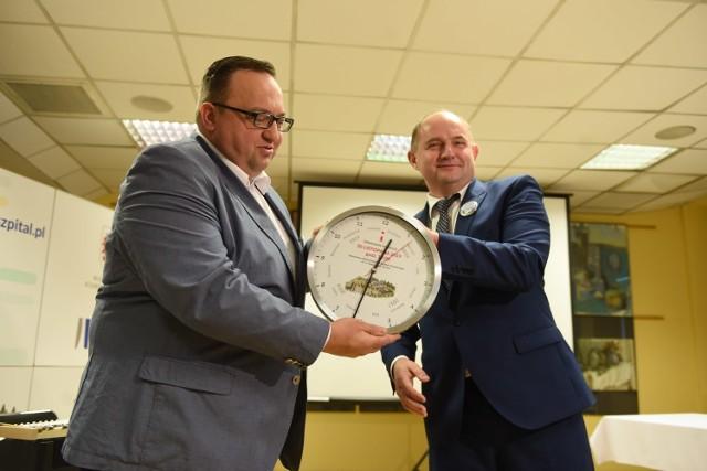 Dyrektor kontraktu dostał zegar odmierzający czas do końca rozbudowy, na zdjęciu z lewej Radosław Slesar (Budimex) i marszałek Piotr Całbecki.