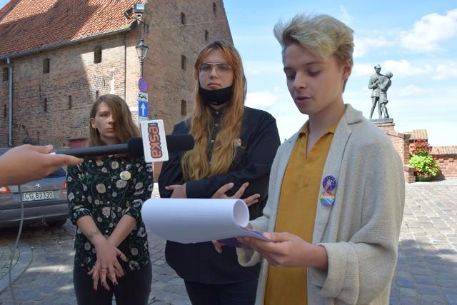 Mateusz Orzechowski [od prawej], Justyna Kamińska i Nikola Korzybska zaprezentowali wyniki Rankingu Szkół Tolerancyjnych w Grudziądzu. Najbardziej tolerancyjną wśród szkół, które przystąpiły do ankiet okazało się II LO.