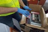 Podrobione ubrania i perfumy o wartości ponad 200 tys. zł. sprzedawane były w sklepie i wysyłane paczkami (zdjęcia)