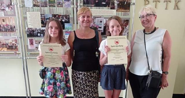 Roksana Papis i Anna Kietlińska odebrały nagrody i dyplomy za wygrana w konkursie Ojcowizny.