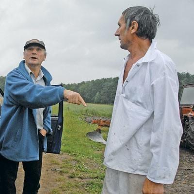 - Wywożą na pola wnętrzności ubitych zwierząt - twierdzi Franciszek Tarasiuk (z lewej). - Nieprawda. Przywozimy gnojówkę - odpowiada Wacław Tarasiuk (z prawej).