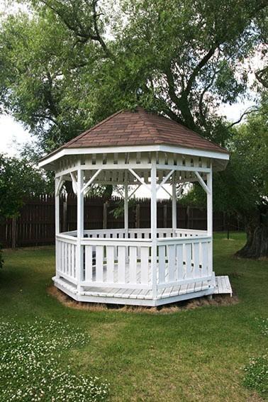 Drewniana altana ogrodowaElementy małej architektury najczęściej wykonane są z drewna.