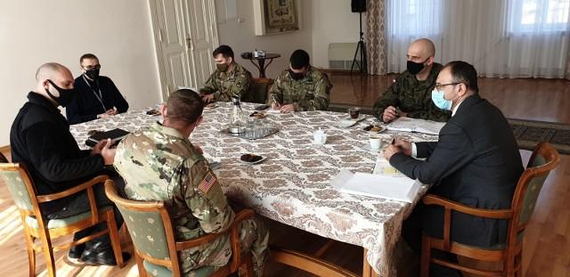 Spotkanie burmistrza Marka Cebuli z żołnierzami amerykańskimi w urzędzie miasta w Krośnie Odrzańskim.