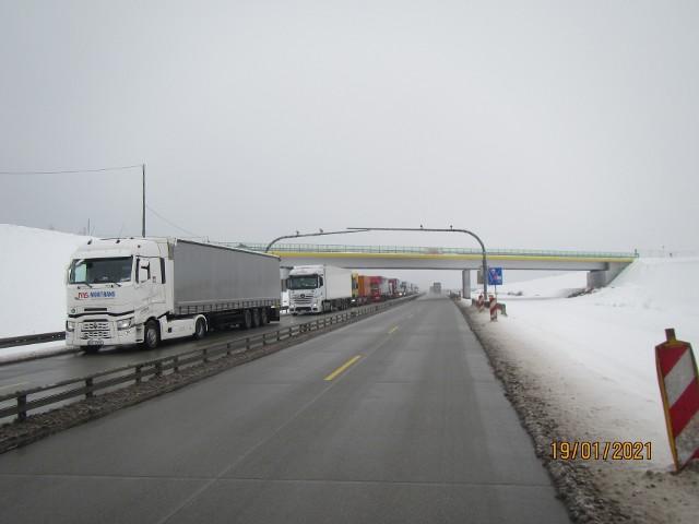 Bramki odcinkowego pomiaru prędkości na odcinku C budowanej autostrady A1 (Kamieńsk-Radomsko). Drugi system monitoruje drogę od Kamieńska do obwodnicy Częstochowy