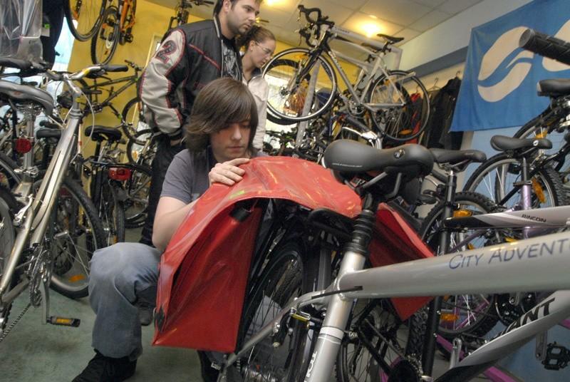 Rowerzyści powinni pamiętać też o podręcznym bagażniku na rower.