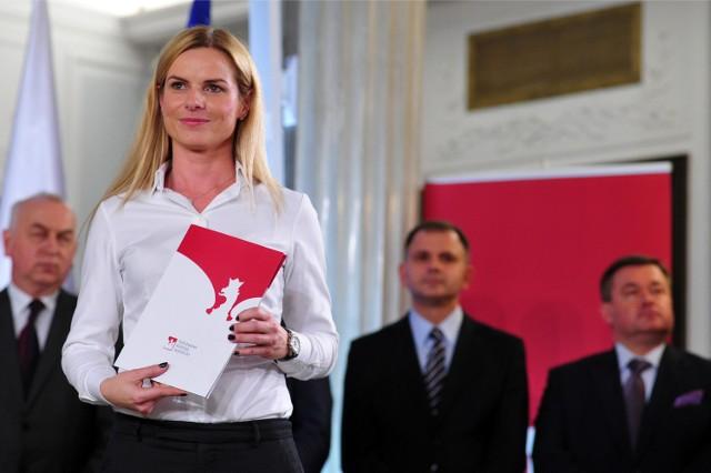 Joanna Schmidt z zaświadczeniem wyboru na posła