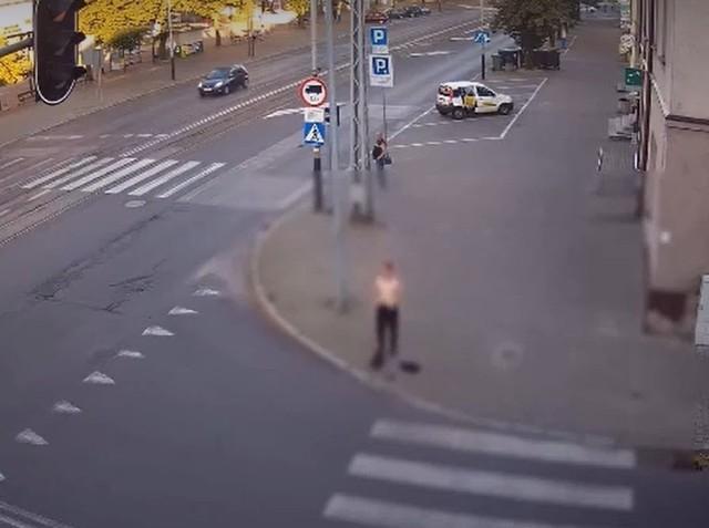 Oczy ze zdziwienia przecierali kierowcy i piesi, którzy w ubiegłym tygodniu mijali młodego mężczyznę w centrum Pabianic. Młodzieniec stanął w jednym z narożników głównego skrzyżowania w mieście, rozebrał się do naga i pobiegł przed siebie. Wszystko zarejestrowała kamera monitoringu miejskiego. Dlaczego 26-latek zdjął z siebie wszystko?ZOBACZ FILM - KLIKNIJ DALEJ