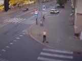 Nagi mężczyzna w centrum miasta. Rozebrał się i... pobiegł przed siebie! ZDJĘCIA, FILM