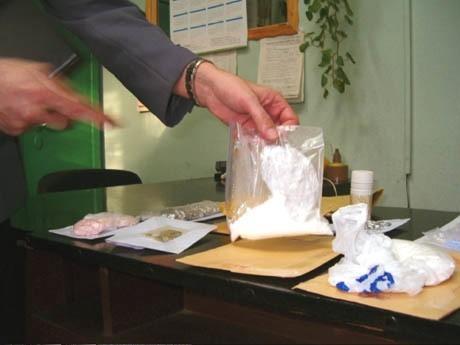 """Asp. sztab. Jan Kuśmirek z KMP w Łomży: - Sytuacja z narkotykami w czasie obecnych wakacji zdaje się być mniej groźna niż w latach poprzednich. Ewidentnie można to zaliczyć na konto prowadzonych w roku szkolnym działań prewencyjnych. Nie należy jednak """"zasypywać gruszek w popiele"""". Zjawisko jest wciąż obecne i trzeba poświęcać mu maksimum uwagi."""