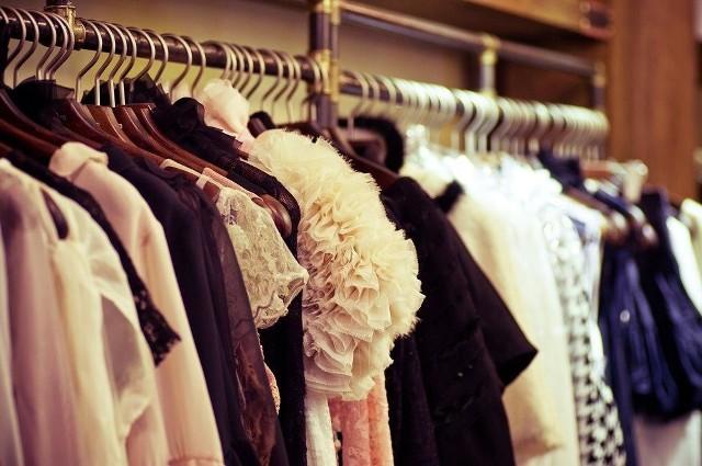 Garderoba taka sama jak w domuMadonna przed przyjazdem do hotelu ma dokładnie sprecyzowaną listę życzeń. Po pierwsze okna w pokoju powinny być pozaklejane, aby stworzyć atmosferę mroku. Całe wnętrze musi być regularnie nawilżane. Po drugie w jej pokoju mają znaleźć się bukiety z białymi różami. Dodatkowo królowa popu chce, by jej hotelowa garderoba była umeblowana tak samo, jak ta w jej domu. Łatwy dostęp do prądu Rihanna zatrzyma się tylko w pokoju hotelowym, w którym znajduje się pięć gniazdek elektrycznych. Barbadoska piosenkarka, podobnie jak Madonna, dba o odpowiednie warunki w pomieszczeniu i zawsze prosi o dobry nawilżacz powietrza.