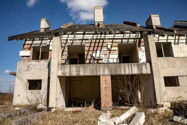 Sprawę opisała Gazeta Krakowska. W 2007 r. pod Niepołomicami ruszyła budowa luksusowego osiedla na 600 domów i mieszkań. Inwestycję finansowano m.in. z wpłat przyszłych mieszkańców. Jednak po dwóch latach, gdy budynki osiągnęły stan surowy, deweloper nagle zniknął wraz z robotnikami. Osiedle w stanie ruiny straszy do dziś, właściciele firmy siedzą w więzieniu, a oszukani ludzie zostali bez oszczędności i bez mieszkań.