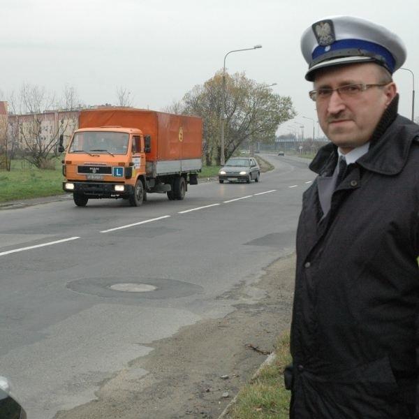- Od kilku lat dzieci chodzą tym poboczem do szkoły. Przydałby się w końcu jakiś chodnik - twierdzi Tadeusz Dunat, szef nyskiej drogówki.