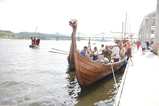W niedzielny poranek pożegnali się już uczestnicy Festiwalu Wisły. Kilkadziesiąt łodzi opuściło przystań przy ul. Piwnej. Flotylla popłynęła do Nieszawy i Ciechocinka. W poniedziałek po południu zagoszczą w Toruniu.