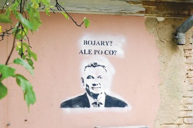 W budynku przy ul. Staszica 21, na ścianie którego ktoś namalował to graffiti, ma powstać niewielki hotel. Ten pomysł nie podoba się mieszkańcom Bojar. Swój sprzeciw wyrażają w ciekawy sposób.