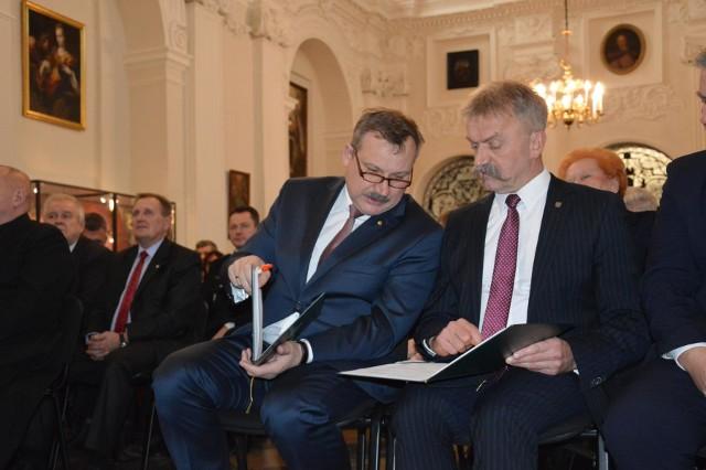 Zarobki starosty Krzysztofa Figata (z lewej) i burmistrza Krzysztofa Kalińskiego od lat kuły w oczy wyborców