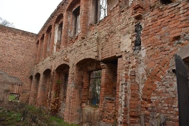 Mury Zamku Piastowskiego od dawna domagają się odnowienia. Gdy wydawało się, że za chwilę ruszy remont, to pojawiły się kolejne problemy.