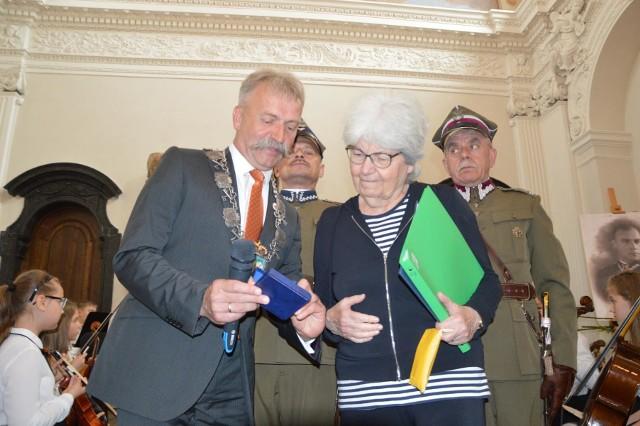 Zofia Abadie, córka Stanisława Rotstada (1895-1994) z rąk przedstawicieli władz miasta we wtorek (8 maja) odebrała przyznany pośmiertnie jej ojcu tytuł honorowego obywatela Łowicza