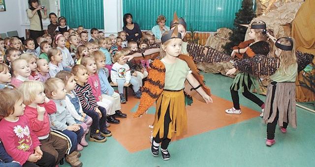 Przedszkolaki uważnie przyglądały się scenicznym popisom małych artystek.