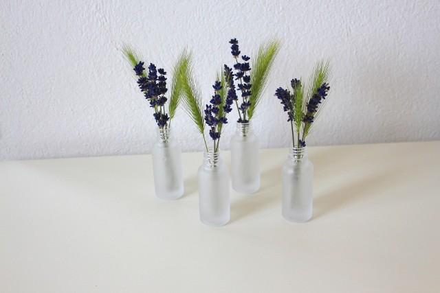 Ładny zapach w mieszkaniu Kwiaty, świece zapachowe czy kadzidełka sprawiają, że w domu rozprzestrzenia się ładny zapach.